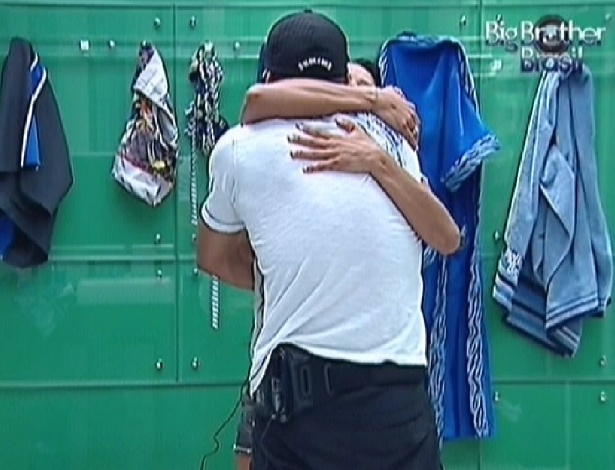 Yuri e Kelly se abraçam e fazem as pazes (28/2/12)