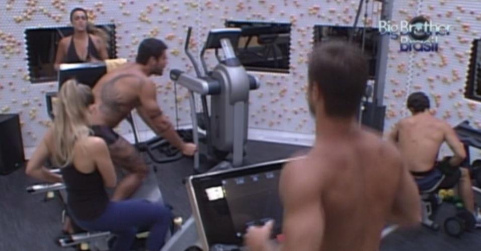 Após saída de Rafa, brothers se exercitam na academia (29/2/12)