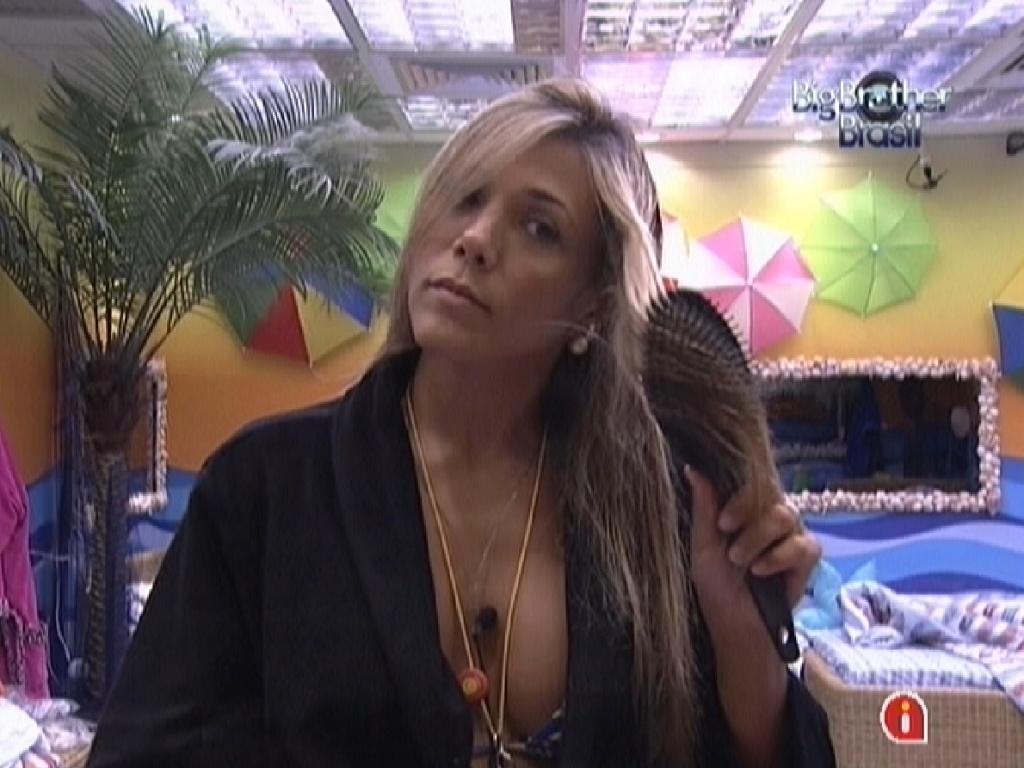 Após tomar banho, Fabiana penteia os cabelos antes da festa desta quarta-feira (29/2/12)