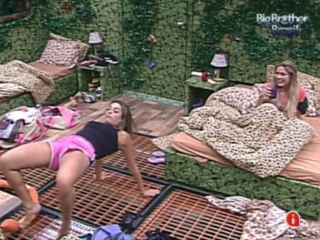 Depois da festinha Monique e Renata se divertem no quarto Selva (28/2/12)