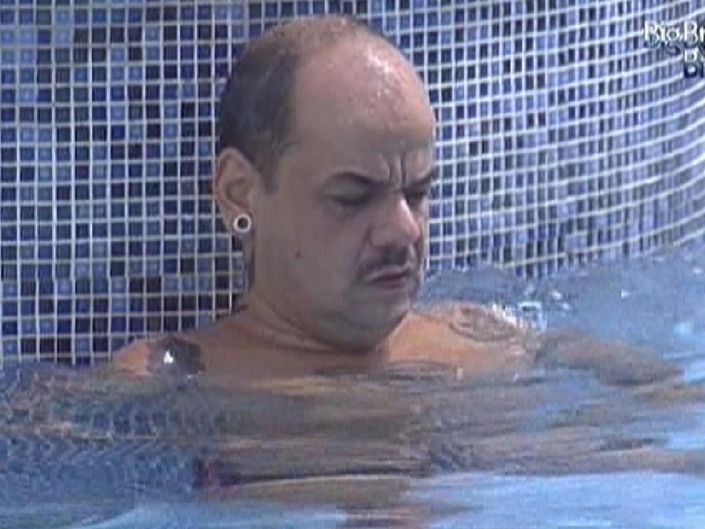 João Carvalho nada sozinho na piscina da casa enquanto outros brothers dormem (29/2/12)