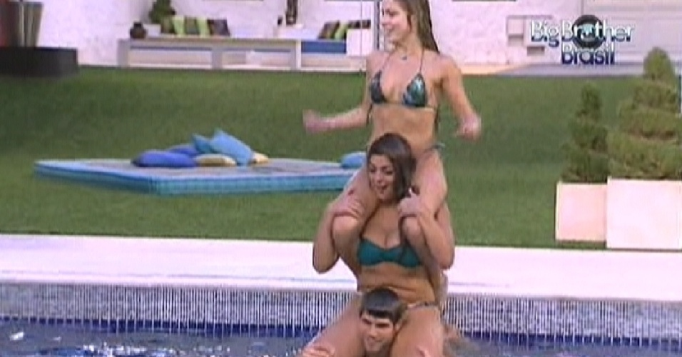 Jonas carrega Monique e Renata nas costas dentro da piscina (29/2/12)