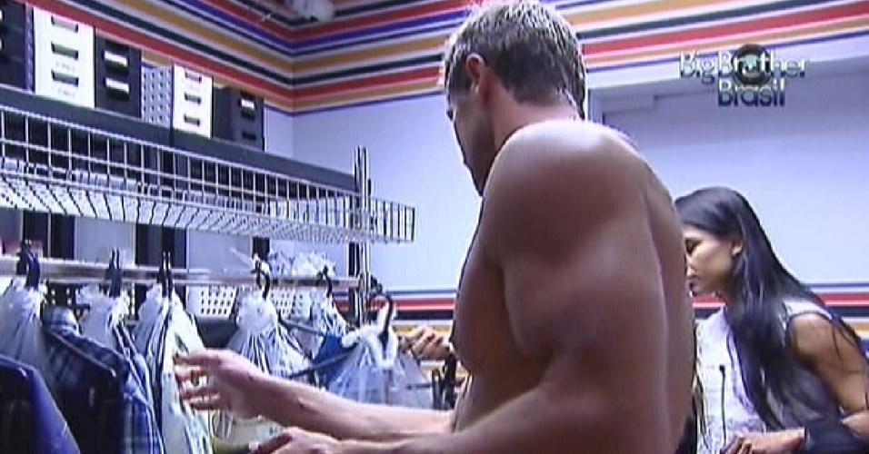 Jonas vai até a dispensa conferir as roupas para a festa desta quarta-feira (29/2/12)