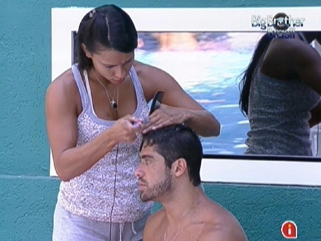 Kelly usa lâmina de barbear para cortar o cabelo de Yuri (29/2/12)
