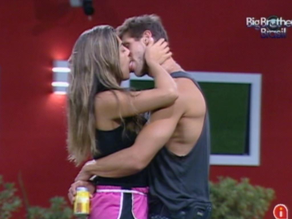 Monique e Jonas se beijam na noite desta terça-feira (28/2/12)