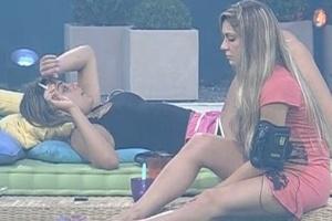 Monique e Renata conversam sobre Fabiana na parte externa da casa antes de dormir (28/2/12)