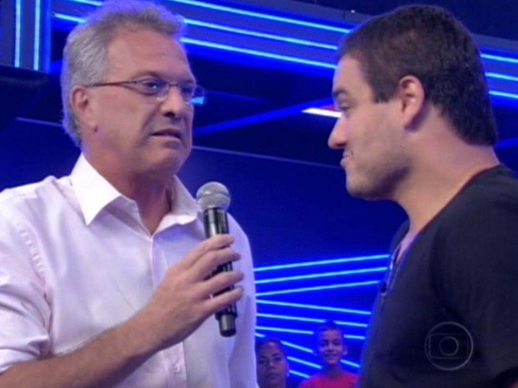 Pedro Bial (esq.) conversa com Rafa (dir.), sétimo eliminado do