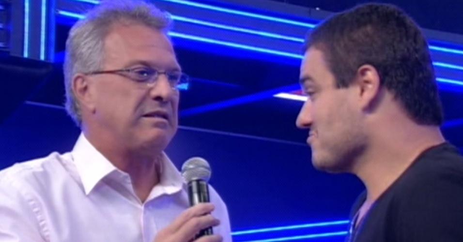 """Pedro Bial (esq.) conversa com Rafa (dir.), sétimo eliminado do """"BBB12"""" (28/2/12)"""