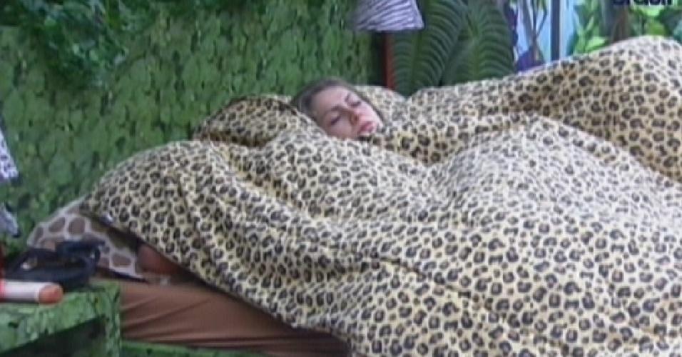 Renata demora a se levantar da cama e fica com olhar perdido (29/2/12)