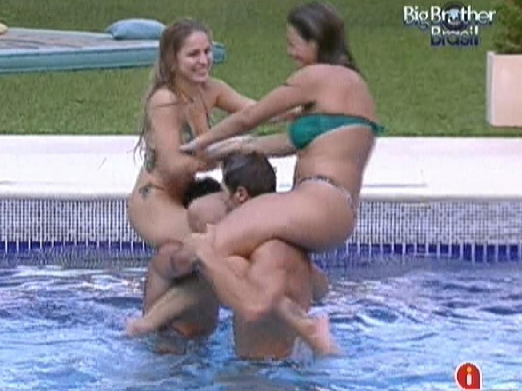 Renata (esq.) em cima de Yuri e Monique (dir.) em cima de Jonas brincam de luta na piscina (29/2/12)
