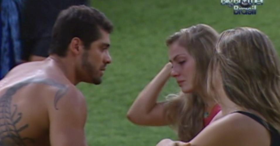 Yuri e Monique consolam Renata que chora por causa de Rafa (28/2/12)