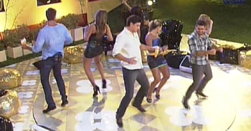 Brothers dançam juntos ao som de Gusttavo Lima (29/2/12)