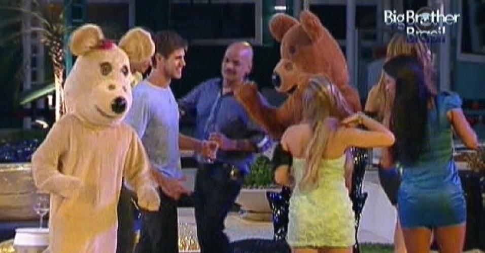 Casal de ursos animam a festa desta quarta-feira (29/2/12)