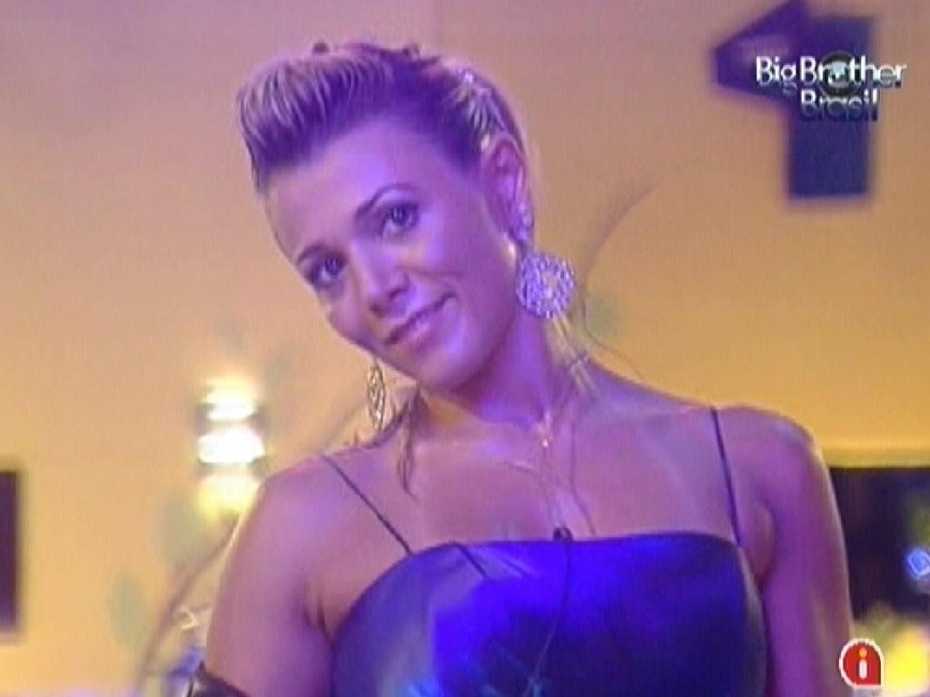 Fabiana dança na frente do espelho durante festa desta quarta-feira (29/2/12)