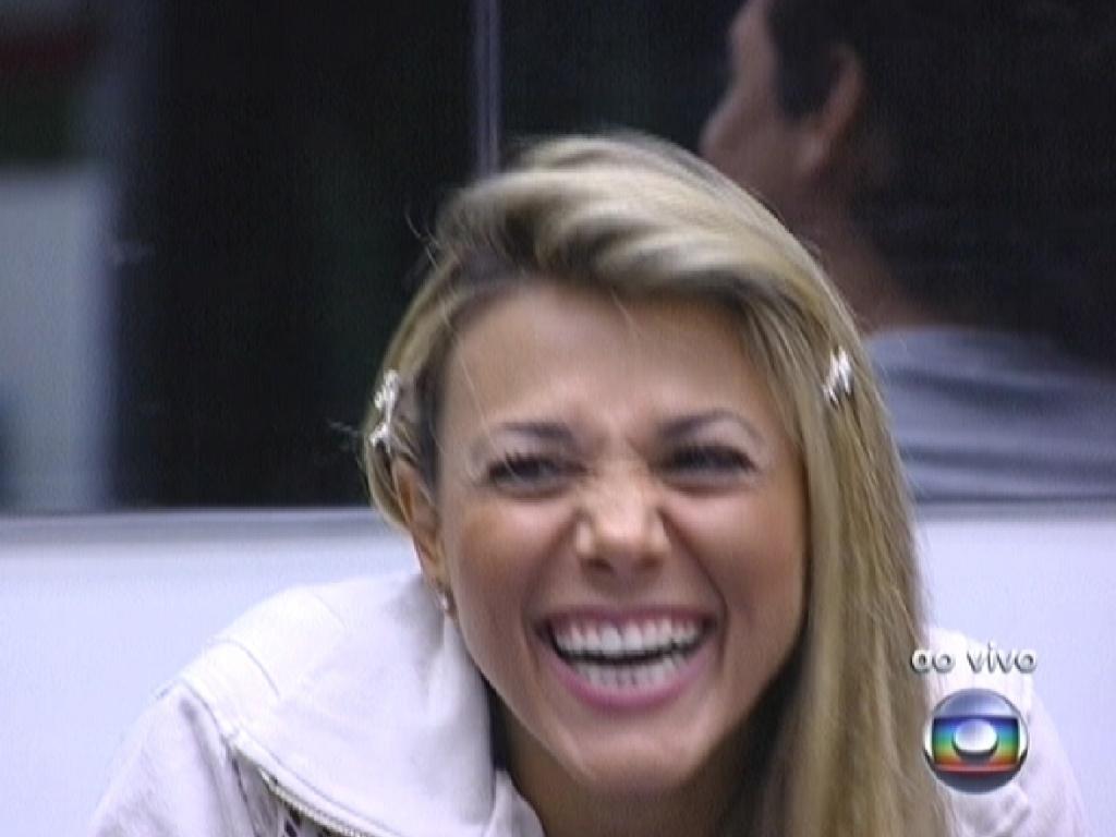 Fabiana recebe o parabéns de Bial por ter indicado Rafa, que saiu no último paredão (1/3/12)