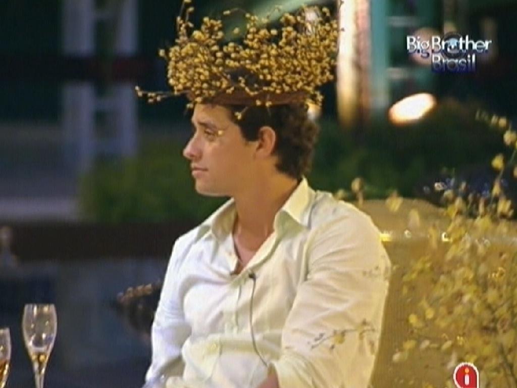 Fael coloca arranjo de decoração na cabeça ao final da festa desta quarta-feira (29/2/12)