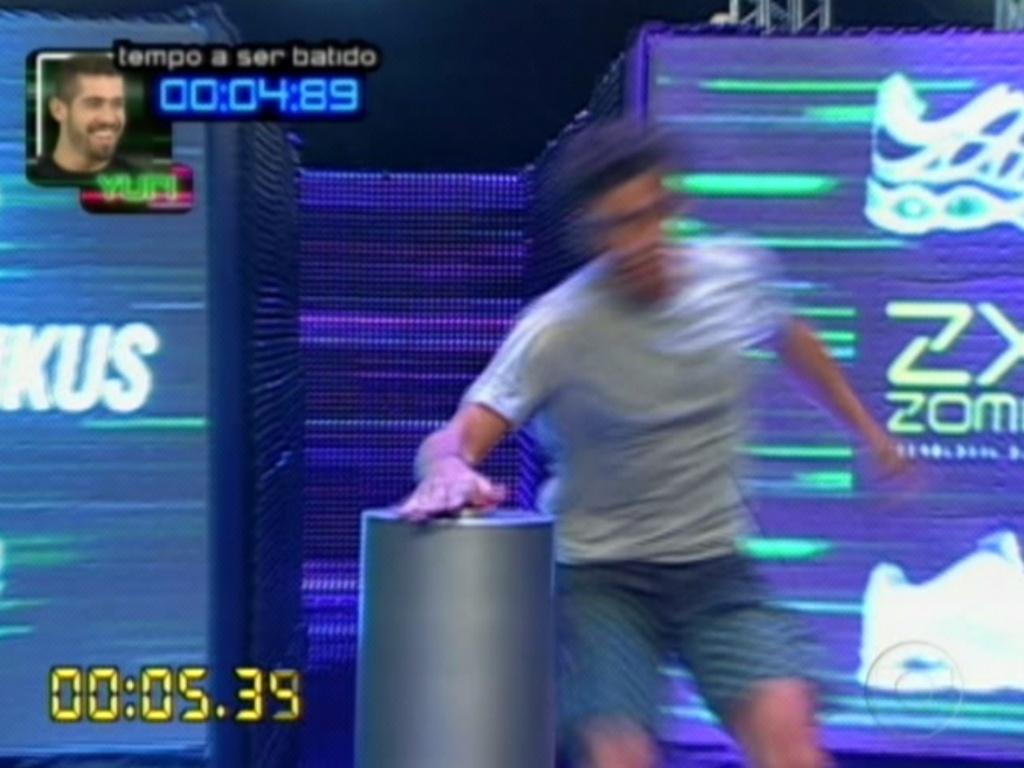 Fael é o último a percorrer o labirinto na prova do líder (1/3/12)
