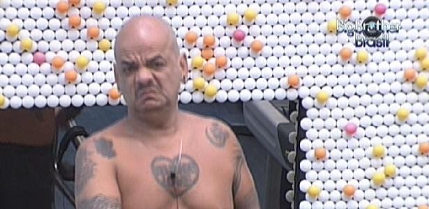 João Carvalho corre na esteira enquanto lamenta que ninguém no reality o protege (1/3/12)