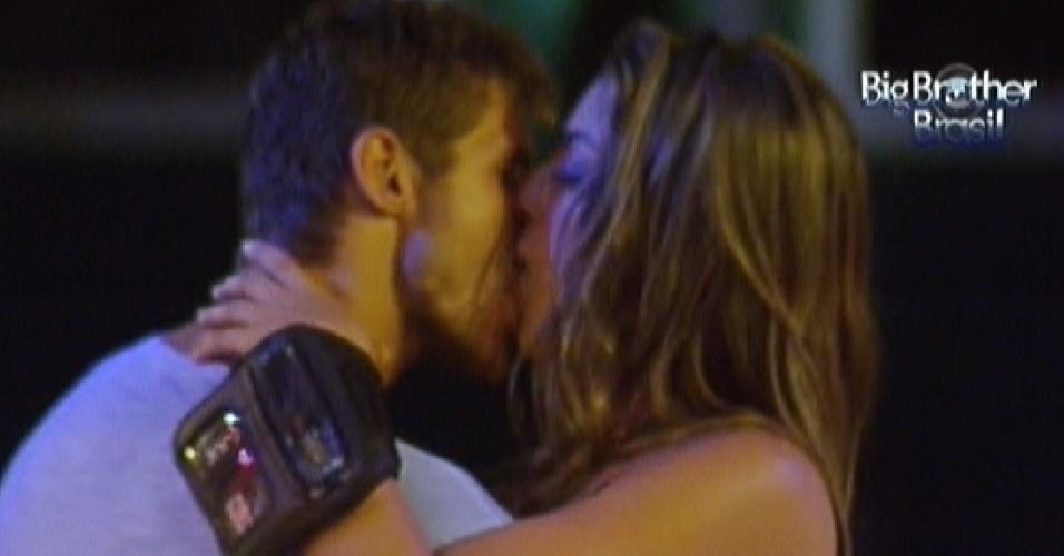 Jonas e Monique se beijam durante a festa desta quarta-feira (29)