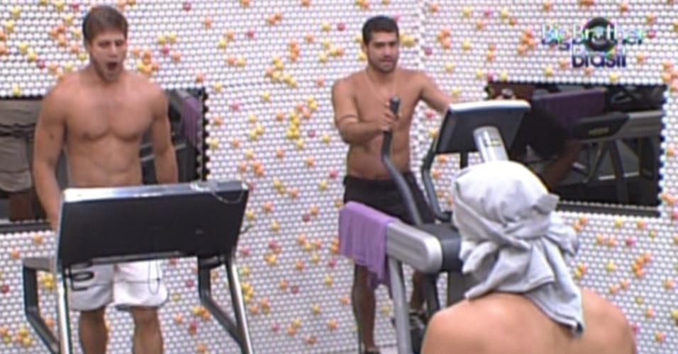 Jonas, Yuri e Fael se exercitam na academia após a definição da liderança do goiano (1/3/12)