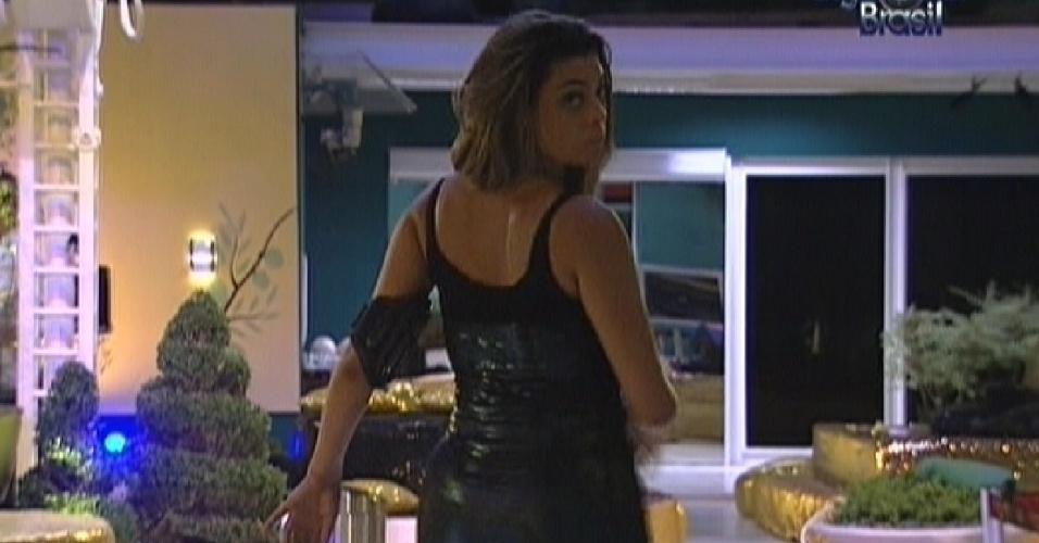 Monique confere no espelho a parte de trás de seu vestido (29/2/12)