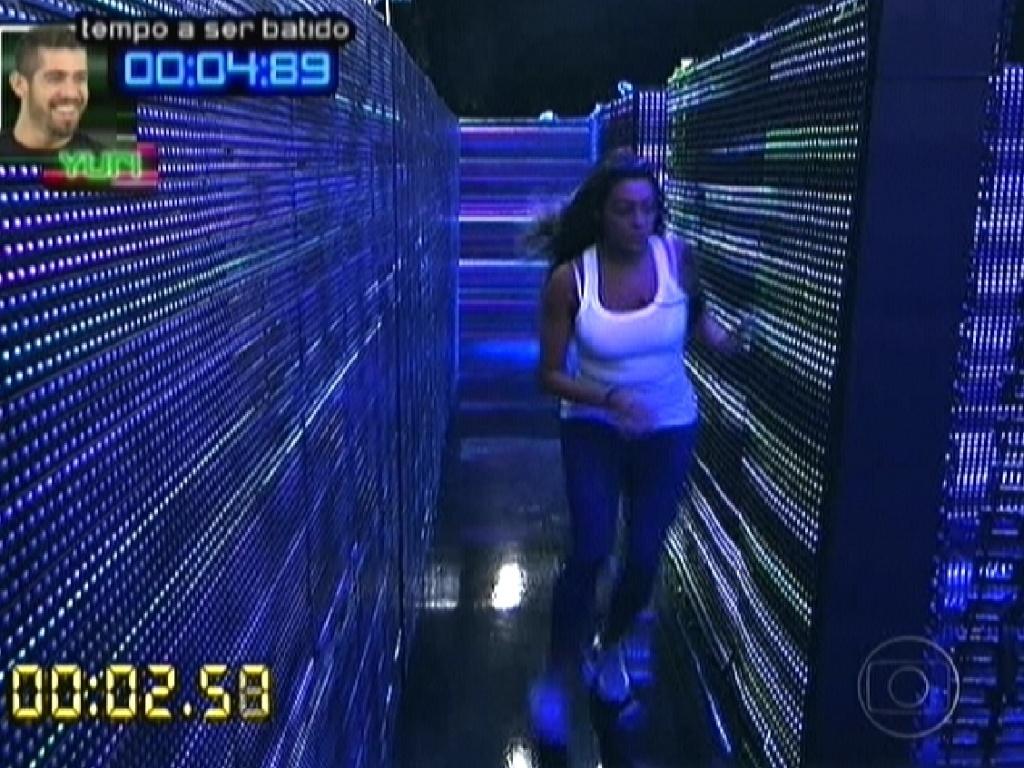 Monique corre no labirinto na prova do líder (1/3/12)