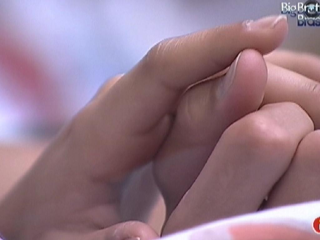 Monique e Jonas acordam de mãos dadas (1/3/12)