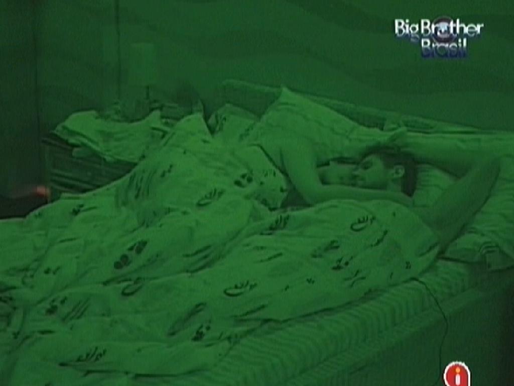 Monique e Jonas dormem juntos no quarto Praia (29/2/12)