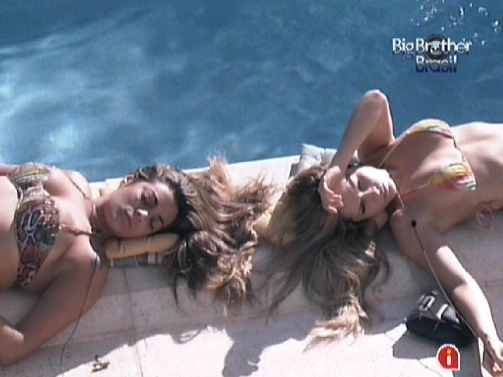 Monique (esq.) e Renata (dir.) tomam sol na beira da piscina (1/3/12)