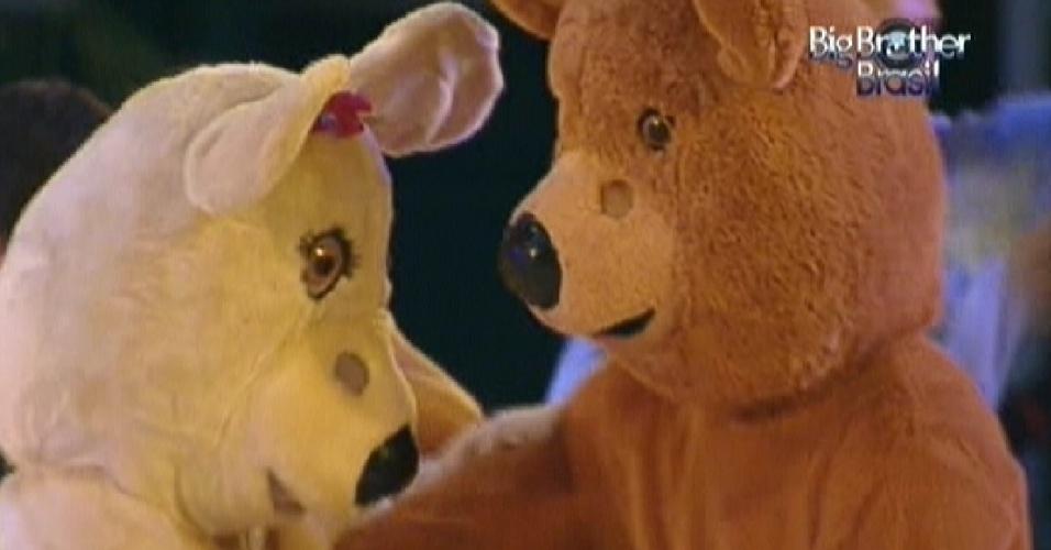 O casal de ursos voltou para a festa da noite desta quarta-feira (29)
