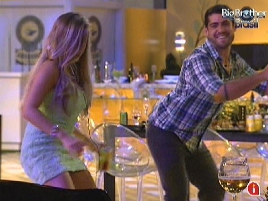 Renata e Yuri dançam ao som de funk na festa desta quarta-feira (29/2/12)