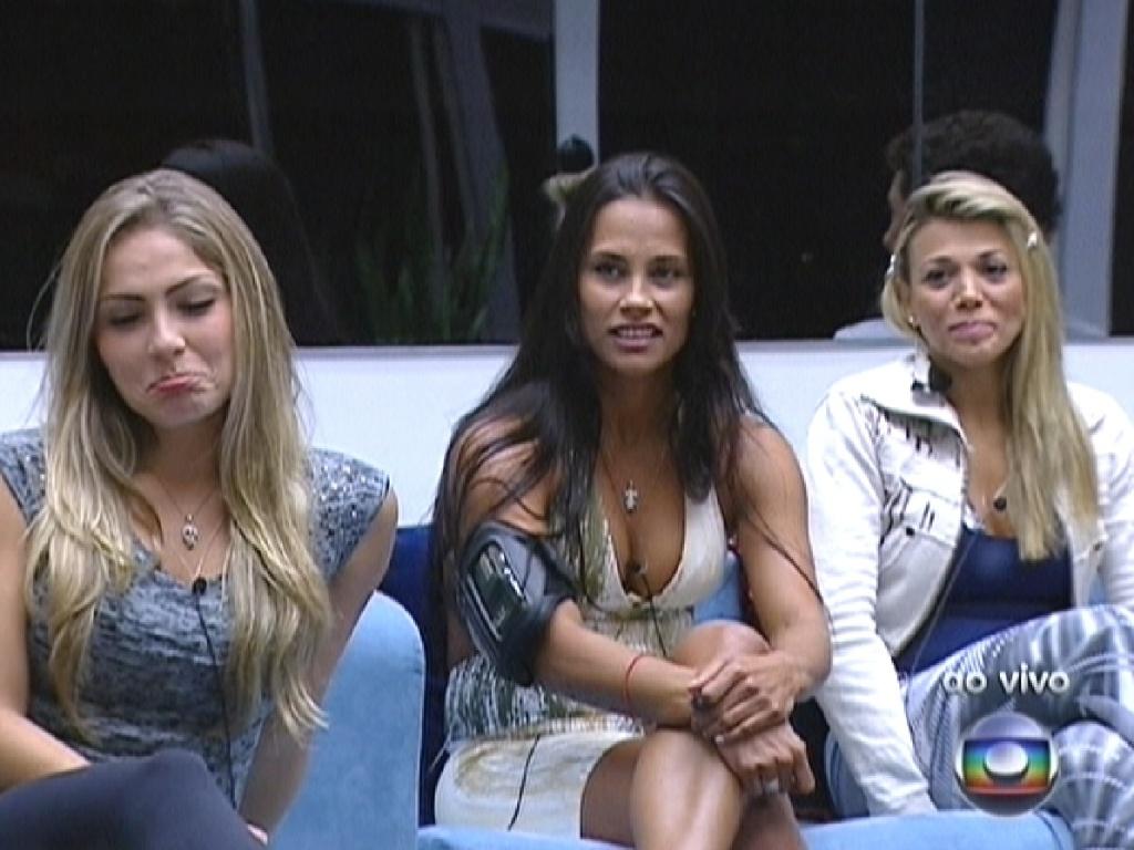 Renata (esq.) faz careta após Bial dizer que ela ficou sozinha após a saída de Rafa (1/3/12)