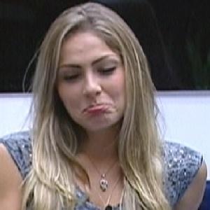 Renata faz careta após Bial dizer que ela ficou sozinha após a saída de Rafa (1/3/12)