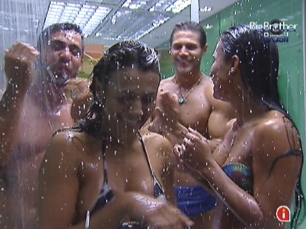 Fabiana (esq.), Kelly (dir.), Jonas e Yuri (ao fundo) brincam de revezamento no chuveiro enquanto tomam banho (2/3/12)