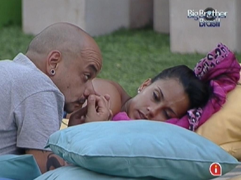 João Carvalho conta para Kelly que está irritando com brincadeiras sobre sua idade (2/3/12)