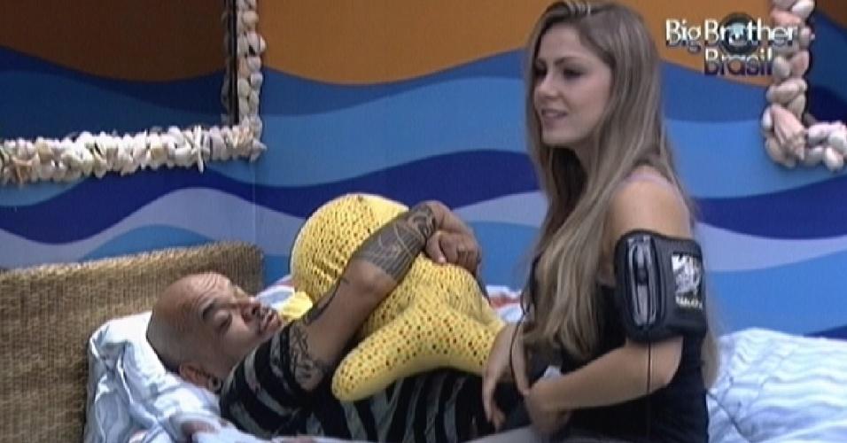 João Carvalho descansa abraçado a um bichinho do quarto Praia (2/3/12)