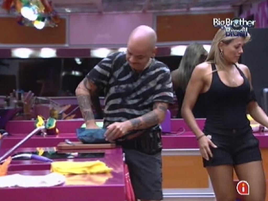 João Carvalho e Fabiana preparam o almoço juntos (2/3/12)