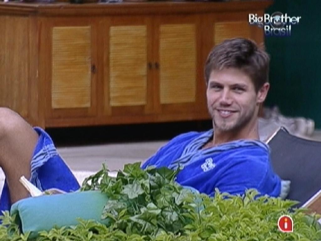 Jonas dá risada das provocações de Yuri e Fael (2/3/12)