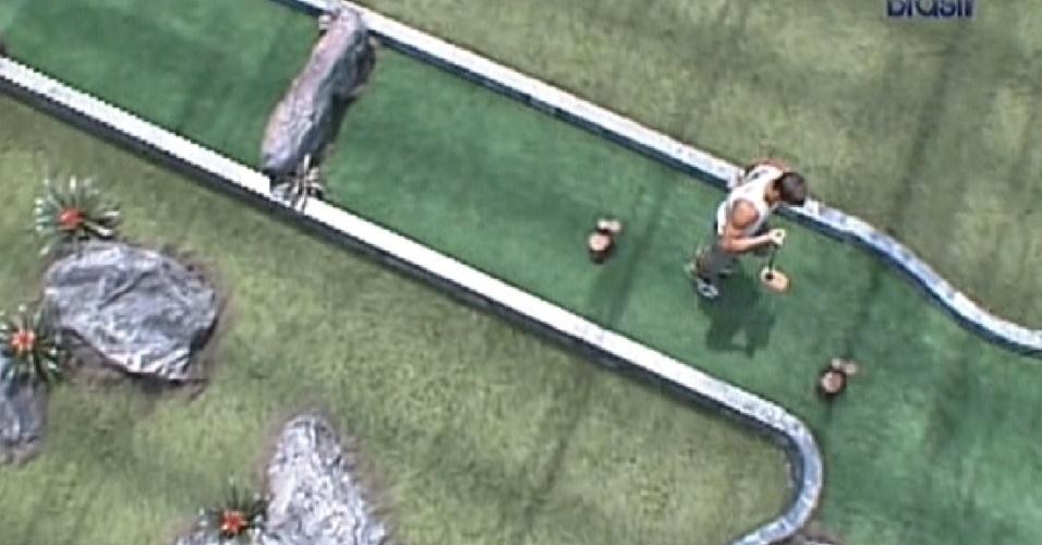 Jonas faz o pergurso do jogo de golfe (2/3/12)