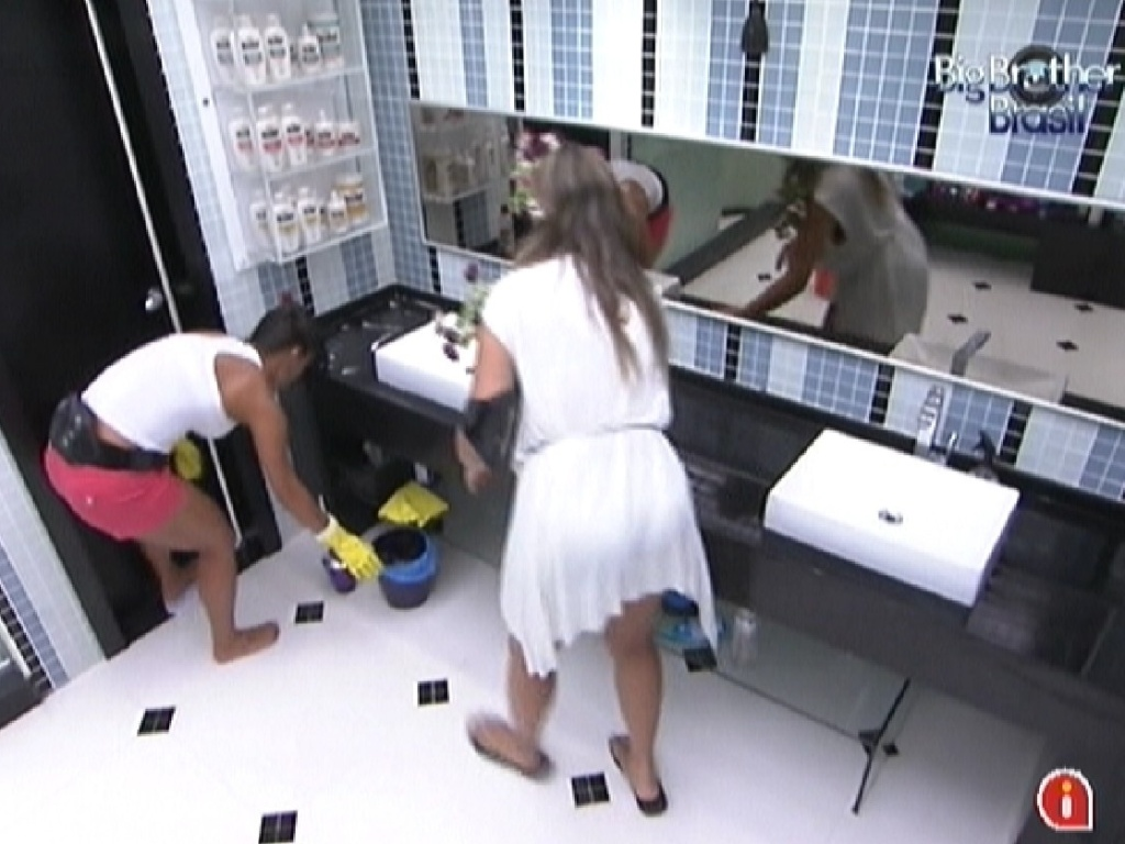 Kelly e Monique limpam o banheiro na tarde desta sexta-feira (2)