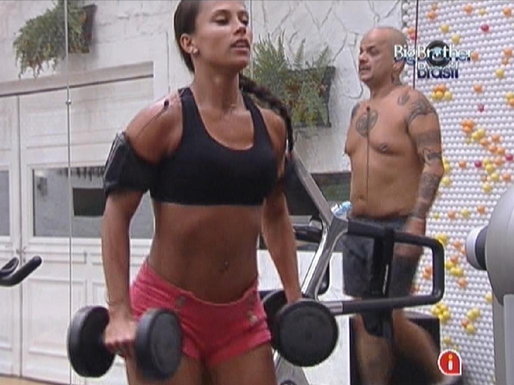 Kelly faz exercícios com peso na academia (2/3/12)