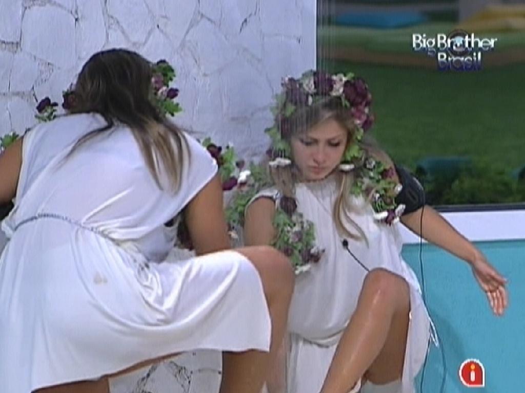 Monique (de costas) e Renata lavam os pés após pagarem o castigo do monstro (2/3/12)