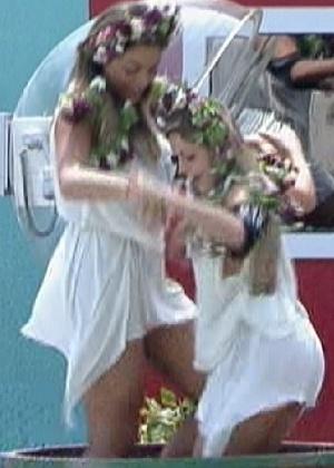 Monique e Renata esmagam uvas ao som de música italiana (2/3/12)