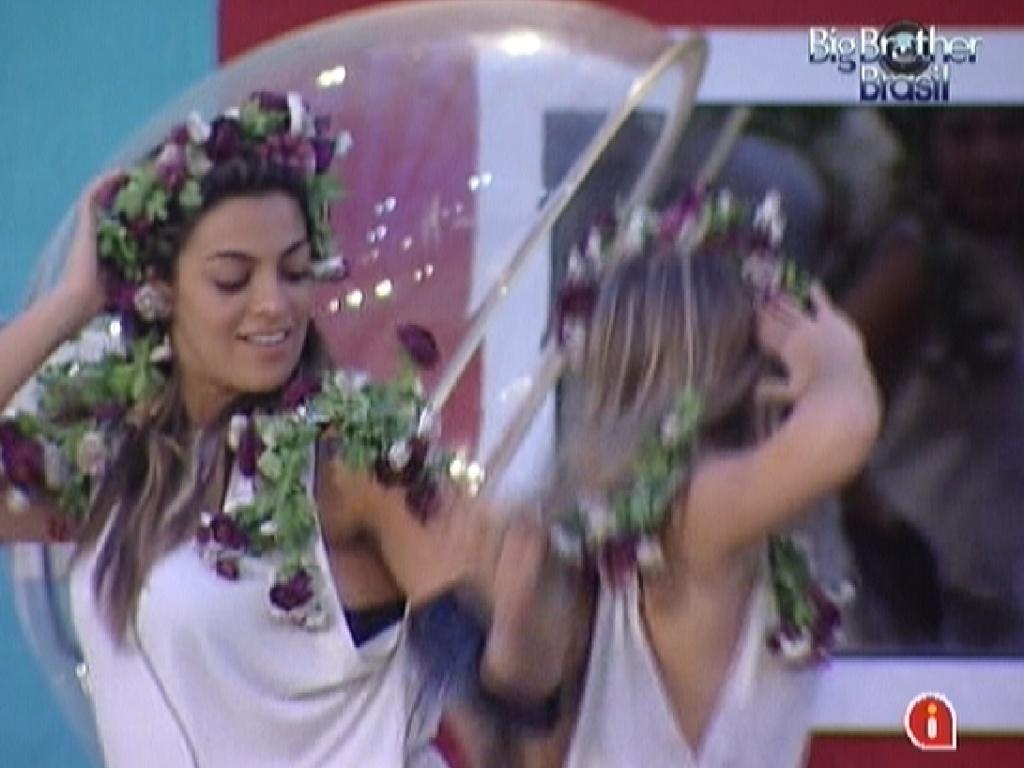 Monique (esq.) e Renata (dir.) dançam e esmagam uvas no castigo do monstro (2/3/12)
