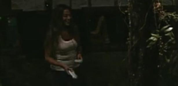 Monique pega um xampu e mostra o tamanho do órgão sexual de Jonas (2/3/12)