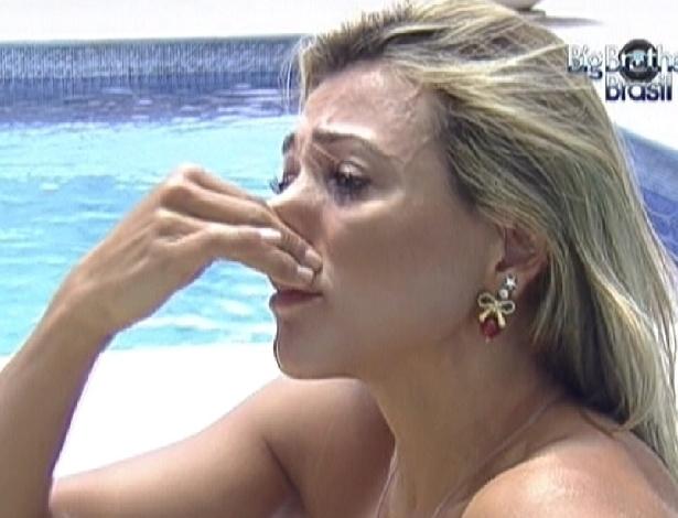 Fabiana chora na área externa da casa (3/3/12)