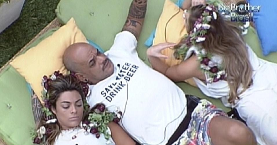 Monique, João Carvalho e Renata conversam deitados no futon (3/3/12)