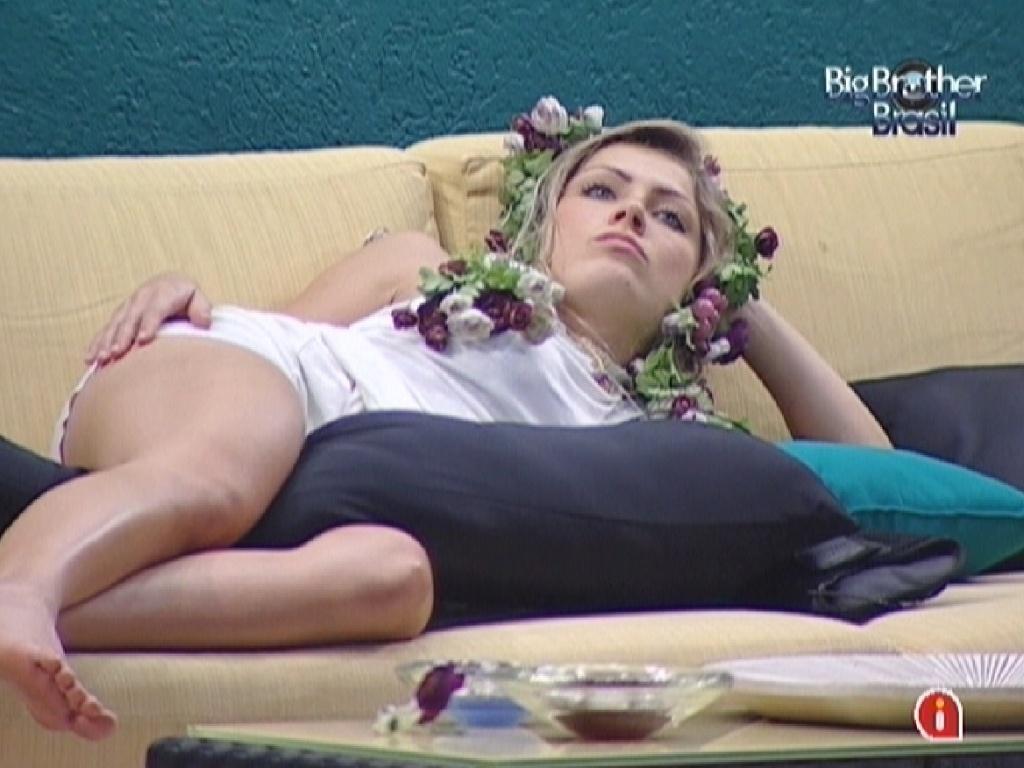Renata está cansada do castido do monstro (3/3/12)