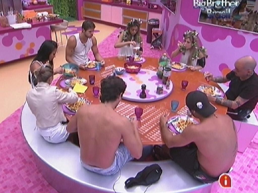 Brothers almoçam juntos na cozinha (4/3/12)