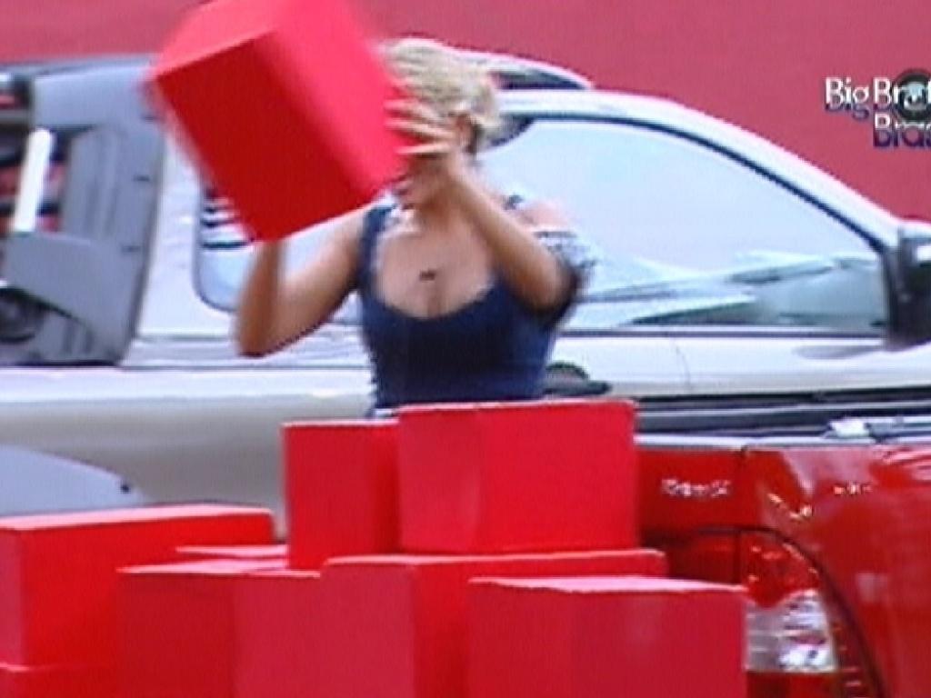 Fabiana conta as caixas da equipe vermelha (4/3/12)